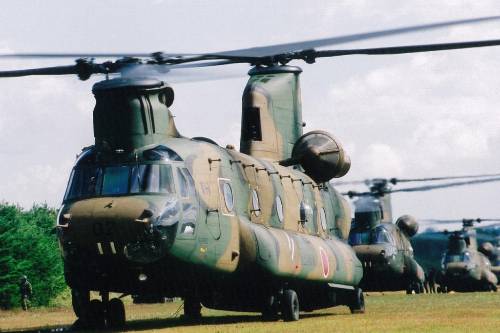 Os CH-47 japoneses estiveram na linha da frente da avalaiação de danos e das operações de arrefecimento dos reactores danificados (Foto Ministério da Defesa do Japão)