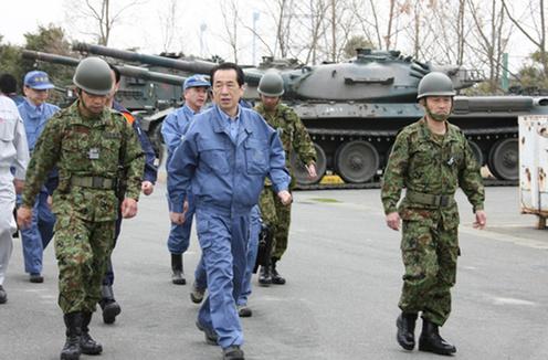 O Primeiro-Minsitro do Japão visita a unidade de carros de combate estacionada na J-Village (Foto Ministério da Defesa do Japão)