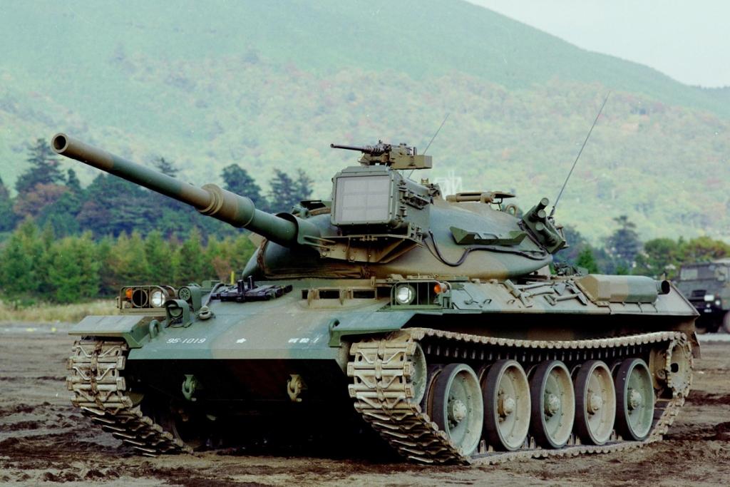 """Os carros de combate """"Type 76"""", preparados para combater em ambiente NBQ, foram um dos recursos passiveis de operar junto dos reactores nucleares (Foto Ministério da Defesa do Japão)."""