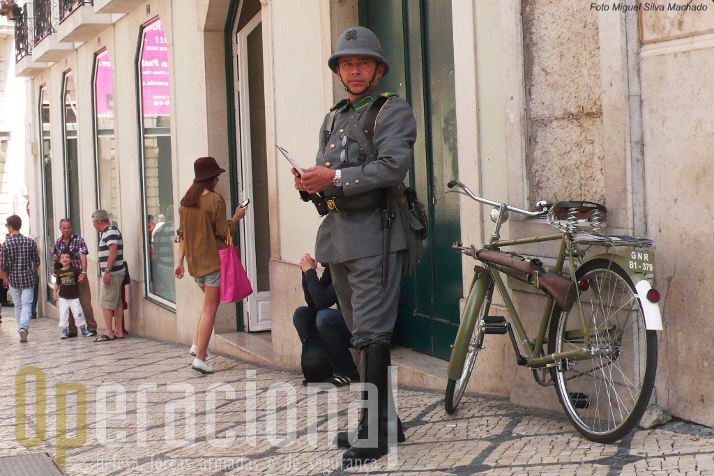 No Chiado um militar da Guarda cativa visitantes para a exposição no Quartel do Carmo. É impossivel não reparar!