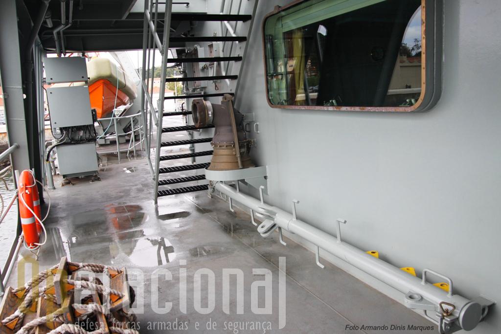 Os NPO podem ser reabastecidos em alto-mar. Aqui o sino e respectivo mastro.
