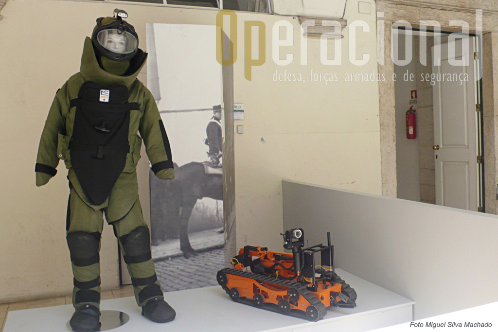Equipamento anti-estilhaço e o robot Vaguard, este para inactivação e remoção de engenhos explosivos