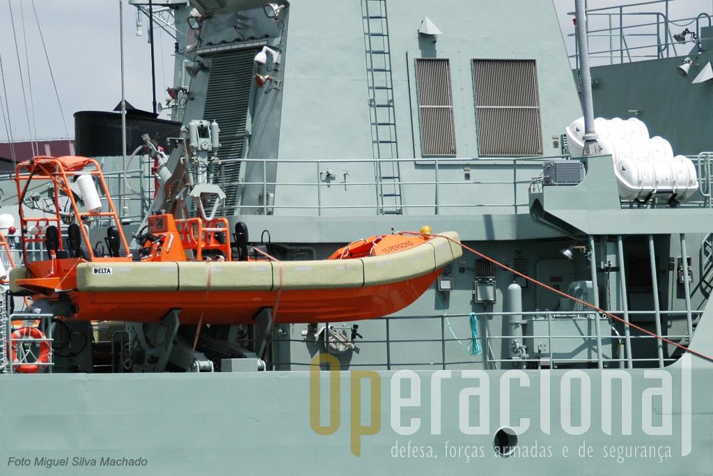 Colocada a estibordo do navio (imediatamente atrás das balsas salva-vidas) esta embarcação atinge os 31 nós e tem motores a gasóleo.