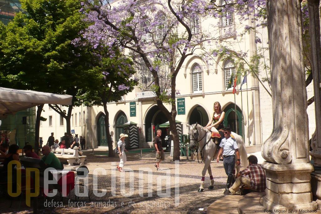 Terminda a visita, com vontade de voltar, a Cavalaria da Guarda continuava a humanizar a instituição, com os turistas agardecidos e indeferentes ao calor que se fazia sentir na capital.