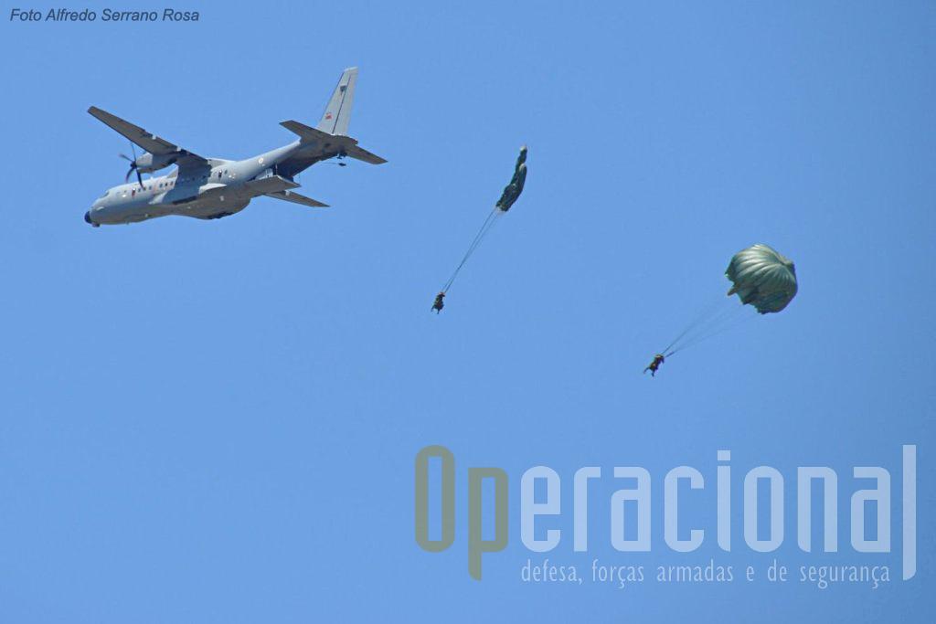 Saltos de abertura automática, pelos Precursores, a partir de um C295M da Eq. 502, para a pista do Aerodromo Militar de Tancos