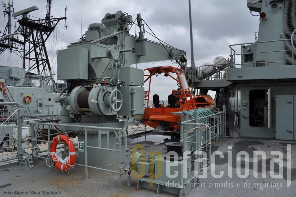 Agrua que coloca a semi-rigida de 9 pessoas na água também permite o embarque/desembarque de outros tipos de cargas.