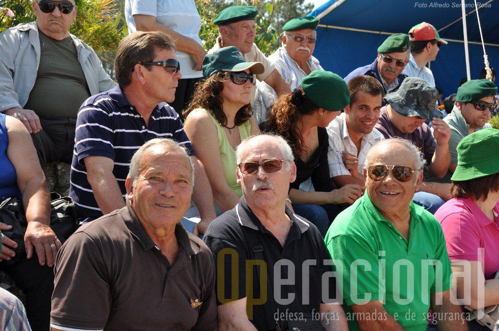 Em primeiro plano, à esquerda, anónimo com os seus camaradas, António do Casal Martins, um dos pára-quedistas condecorados no Ultramar com a Torre e Espada do Valor Lealdade e Mérito.