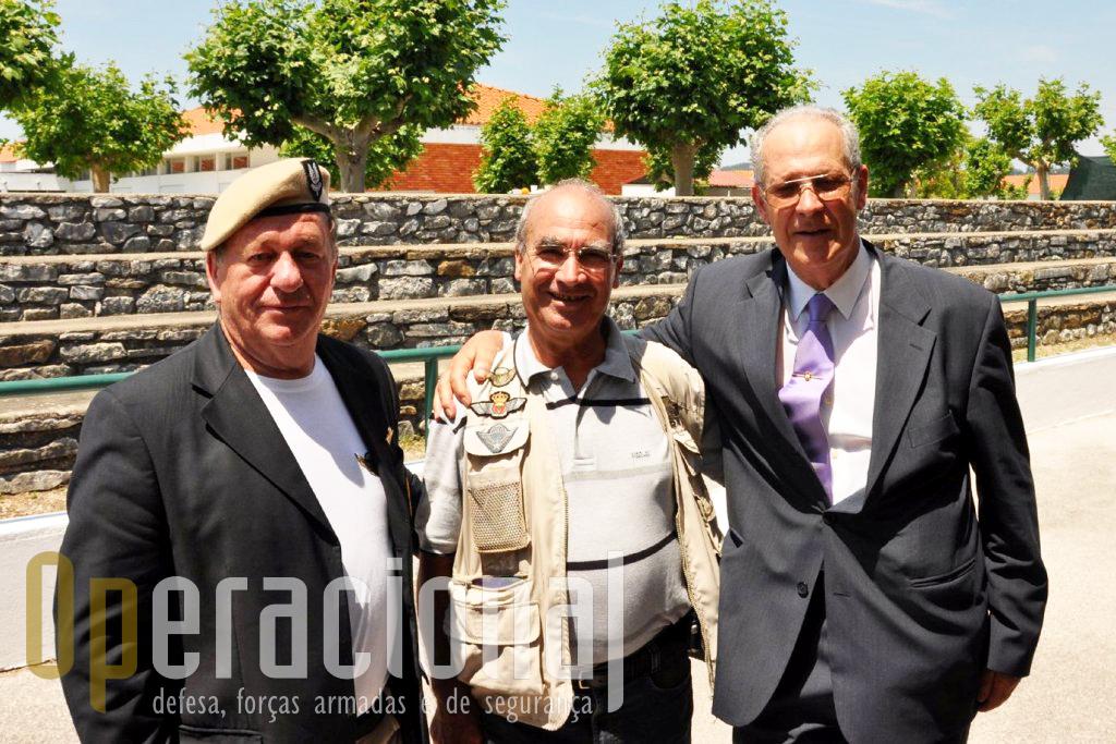 """Três """"páras"""" da geração de África, da esquerda: o antigo comandante da 4.ª Companhia do BCP 31 (1966/67), Tenente Ramos Lousada (hoje Major-general na Reforma); antigo Cabo Serrano Rosa (hoje Sargento-Mor na Reforma); antigo soldado Alberto Caetano Vidal (hoje aposentado dos SAS britânicos). Os tempos a """"Guarda Imperial"""" (como era conhecida a 4.ª Companhia do BCP 31 - 1966/67), criaram uma amizade duradoura."""