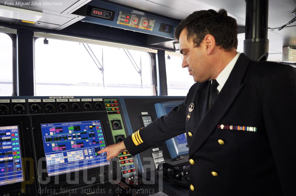 """O Comandante do """"Viana do Castelo"""", Capitão-de-fragata Pires Correia na ponte, apresentando o sistema de comando e controlo do navio."""