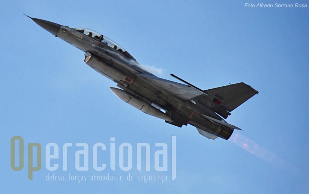 """Os """"páras"""" t~em grande carinho pela Força Aérea onde estiveram 38 anos. A Força Aérea retribui e a Base Aérea de Monte Real esteve presente com uma parelha de F-16."""