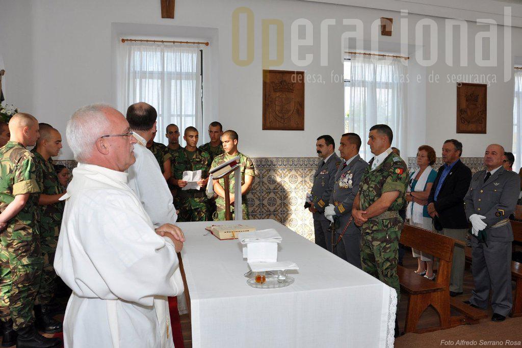 Na Capela da Unidade a Missa de Acção de Graças. Em primeiro plano o antigo Capelão Pára-quedista César Fernandes.