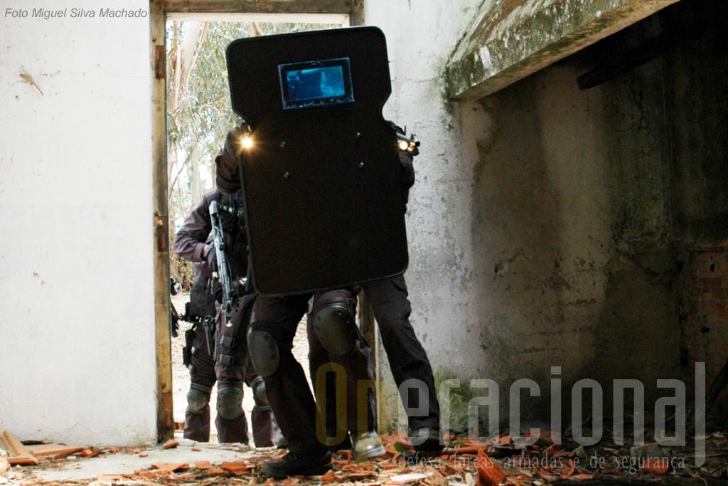 Neste mesmo exercicio pode-se ver que lateralmente, como foi o caso em Barcelos, a protecção dos militares pelo escudo é nula.