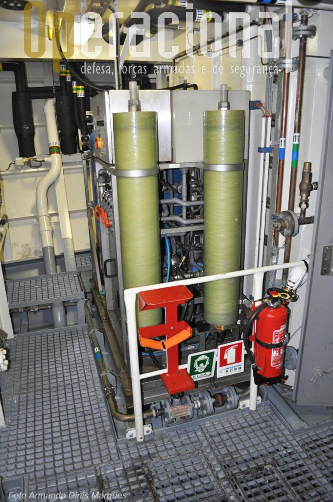 O Grupo de Osmose Inversa que transforma água salgada em água potável a uma média de 8 a 10 toneladas por dia.