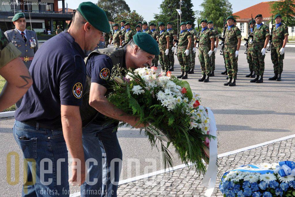 Manhã cedo Cerimónia de Homenagem pelas Associações de Pára-quedistas no Monumento aos Mortos em Combate.