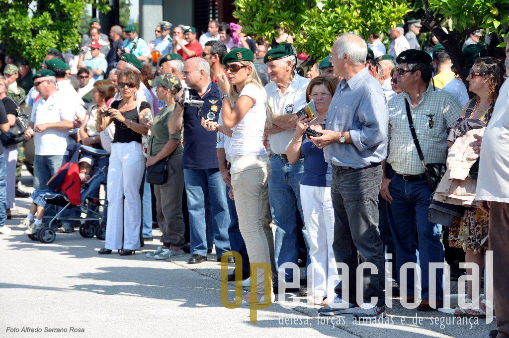 Ainda a cerimónia militar não começou mas já a Escola está repleta de antigos pára-quedistas e muitos familiares.