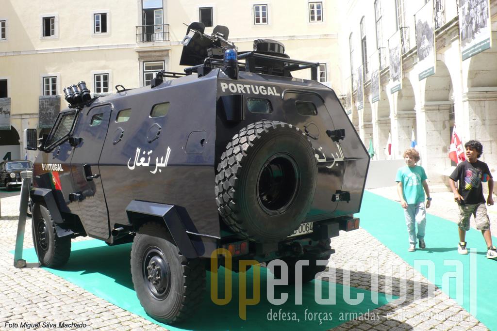 ...pode transportar 5 militares (mais condutor) e está armadas com uma metralhadora FN Mag 7,62mm.