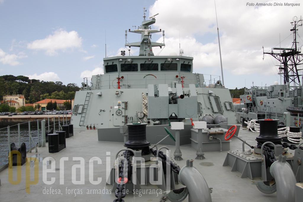 """A antiquada peça de """"Bofors"""" 40mm que equipa o navio será substutuída por uma moderna """"Oto Melara"""" de 30mm com carregamento automático e controlo remoto."""