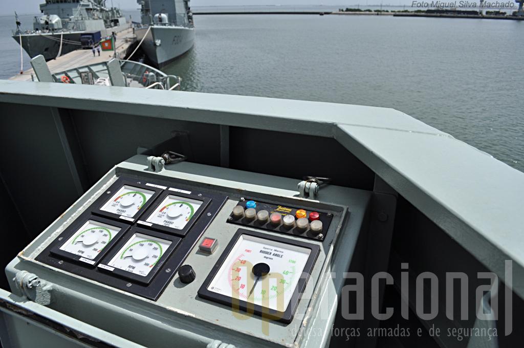 """Nas """"asa da ponte"""" é possivel comnadar o navio e operar o propolsor de proa."""