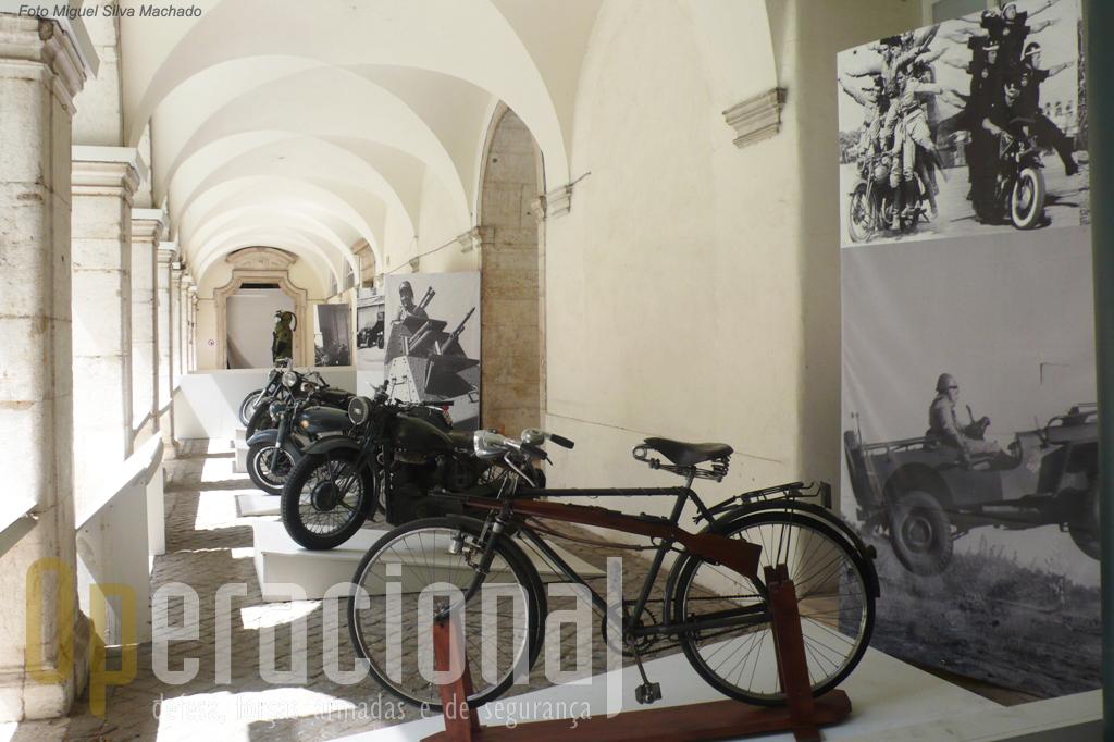 Além de bicicletas, muito usadas pelas patrulhas da GNR  nas áreas rurais durante muitos anos, está patente uma interessante colecção de motociclos.
