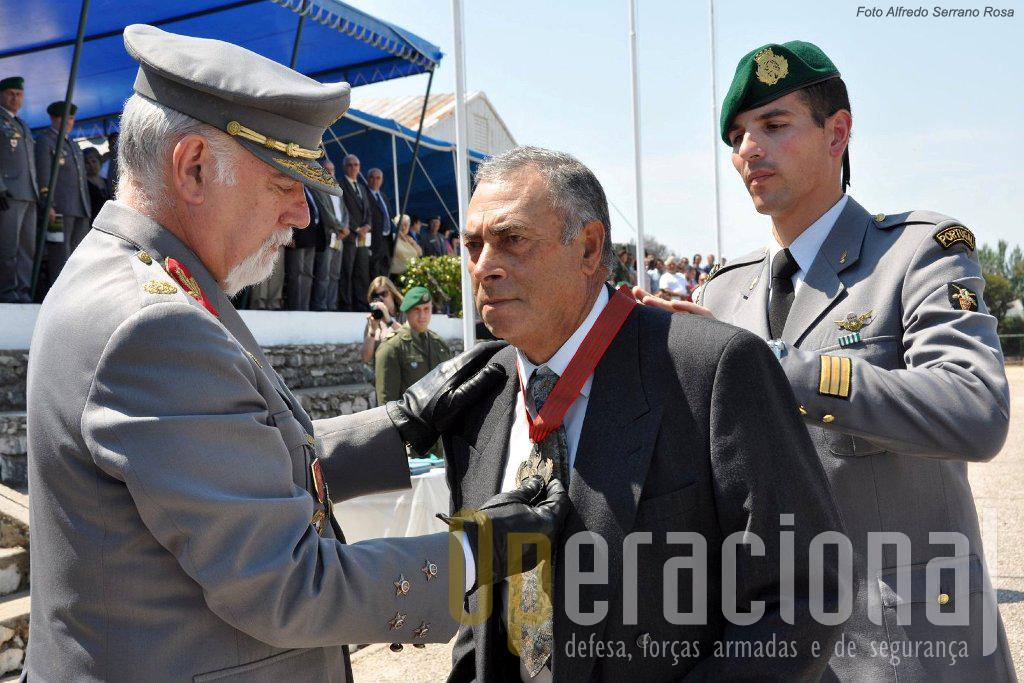 O Tenente Miliciano Pára-quedista José Falcão Penteado, que cumpriu duas Comissões de Serviço no Ultramar foi condecorado com a Medalha da Cruz de Guerra de 1.ª Classe. Fez a imposição o Chefe do Estado-Maior do Exército.