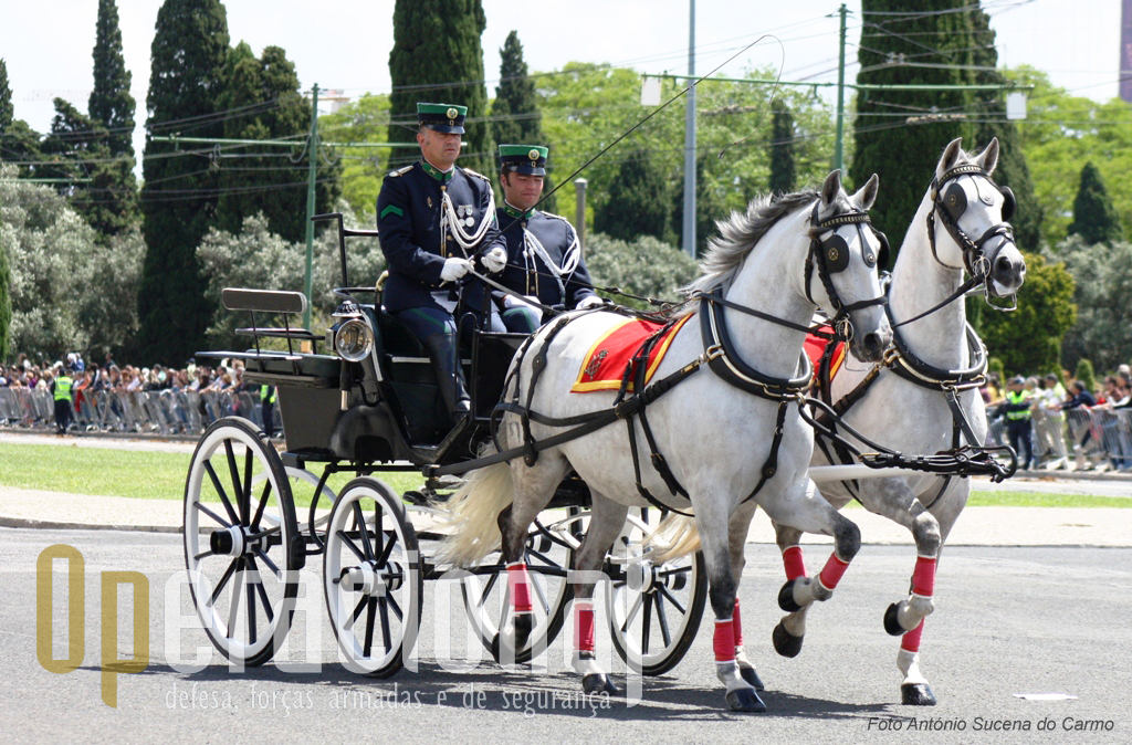 O tradicional desfile militar iniciou-se com demostração histórica de alguns meios e uniformes da GNR.