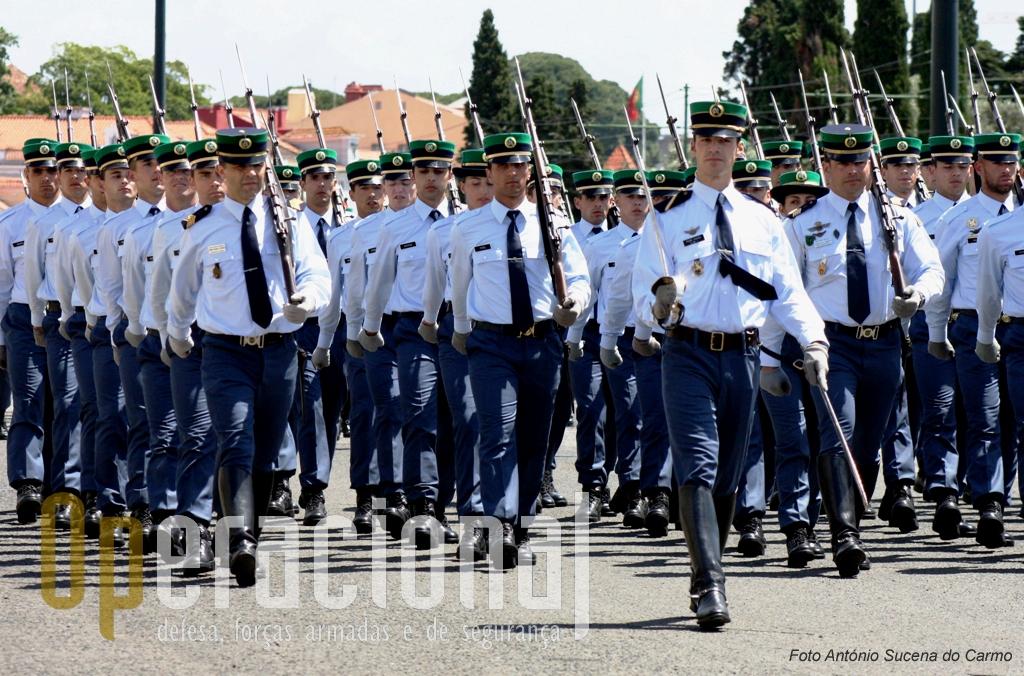 Efectivos da Escola da Guarda que sob o comando do Major-General Pára-quedista Agostinho Costa, tem a missão de formar moral, cultural, física, militar e técnico-profissional dos militares da Guarda.