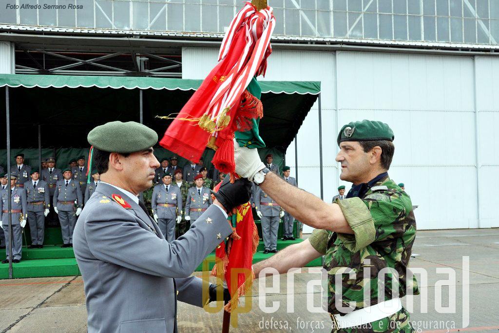 O Major-General Campos Serafino (à esquerda), recebe do Coronel Pára-quedistas Marquilhas o Estandarte Nacional da Brigada de Reacção Rápida.