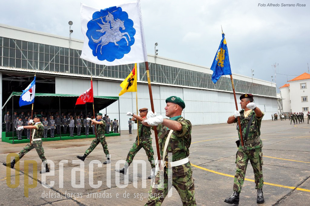 Os Guiões Heraldicos das unidades da estrutura fixa da brigada desfilam em continência.