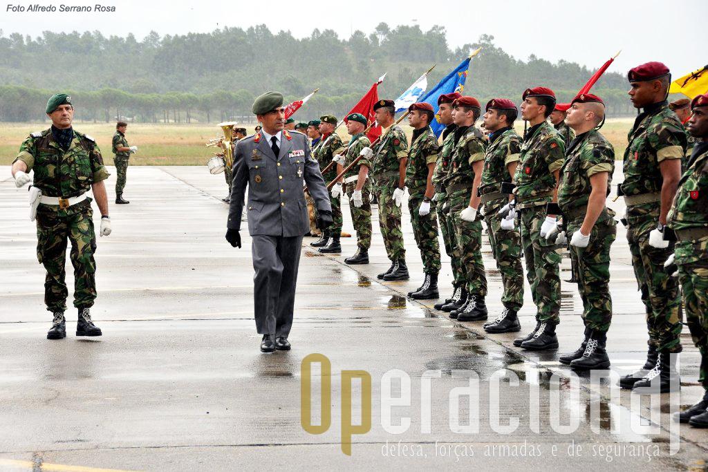Pára-quedistas, Operações Especiais e Comandos constituem o principal núcleo da brigada.