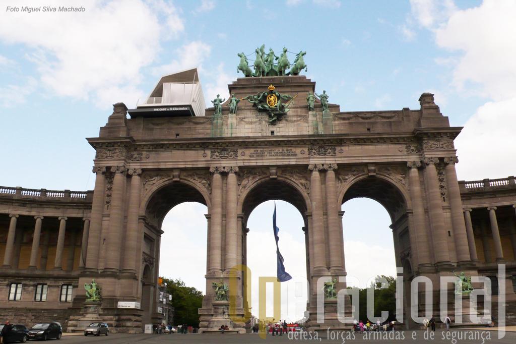 O Arico do Cinquantenário em Bruxelas. Passando as arcadas e virando à esquerda, está na entrada prinbcipal do Museu.