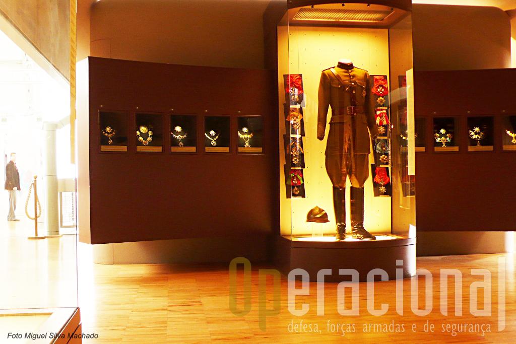 """Neste espaço (época entre as duas guerras mundias) onde são apresentadas as mais altas condecorações de muitos países, Portugal está """"representado"""" pela  Banda das Três Ordens e pela Ordem Militar da Torre e Espada."""