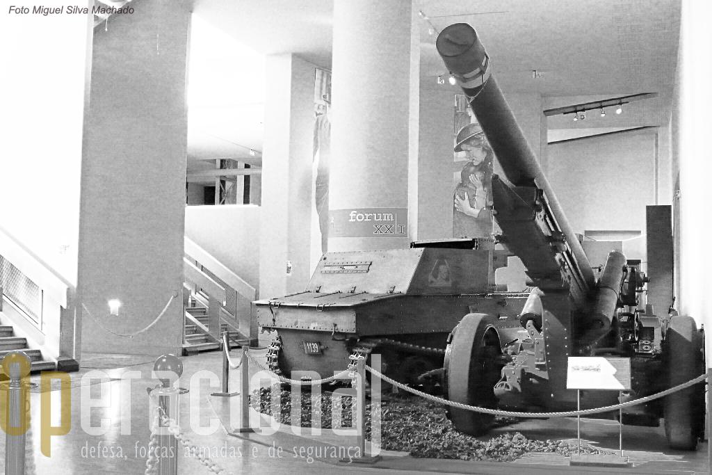 """Um peça de fabrico belga FRC 120mm m/1931 (Fonderie Royal de Cannons, Liége), e um pequeno """"canhão auto-motor"""" 47mm  T-13 (Vickers-Carden Loyd 13), material usado pelo Exército Belga na 2.ª Guerra Mundial."""