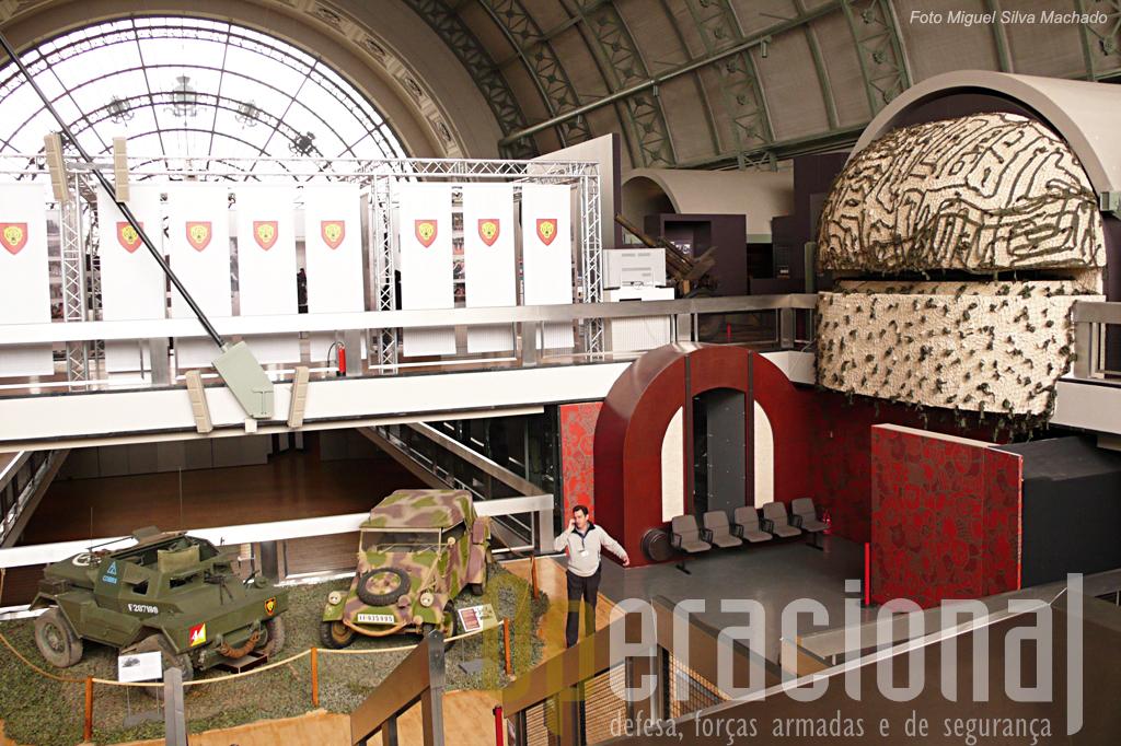 """Parte do Hall , onde podemos ver ao fundo a exposição alusiva à presença belga na Alemenha, em baixo uma viatura de fabrico inglês Daimler MK II """"Dingo"""" (a esquerda) também usado pelos belgas em Inglaterra                                                     e um Kubelwagen Kfz1. KdF/VW 82"""