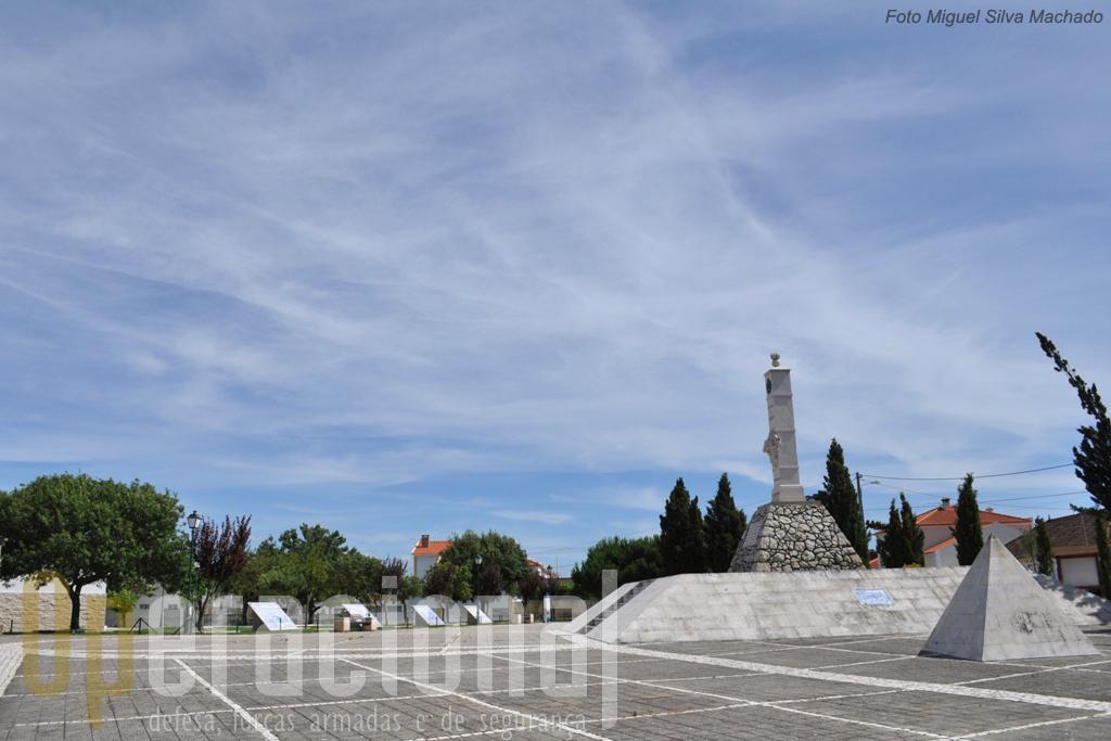"""Ao fundo à esquerda, o Centro de Interpretação. Nesta """"esplanada"""" do Monumento ao Centenário, podem ser apreciados város paineis de azulejos com cenas dos acontecimentos da época das Invasões Francesas."""