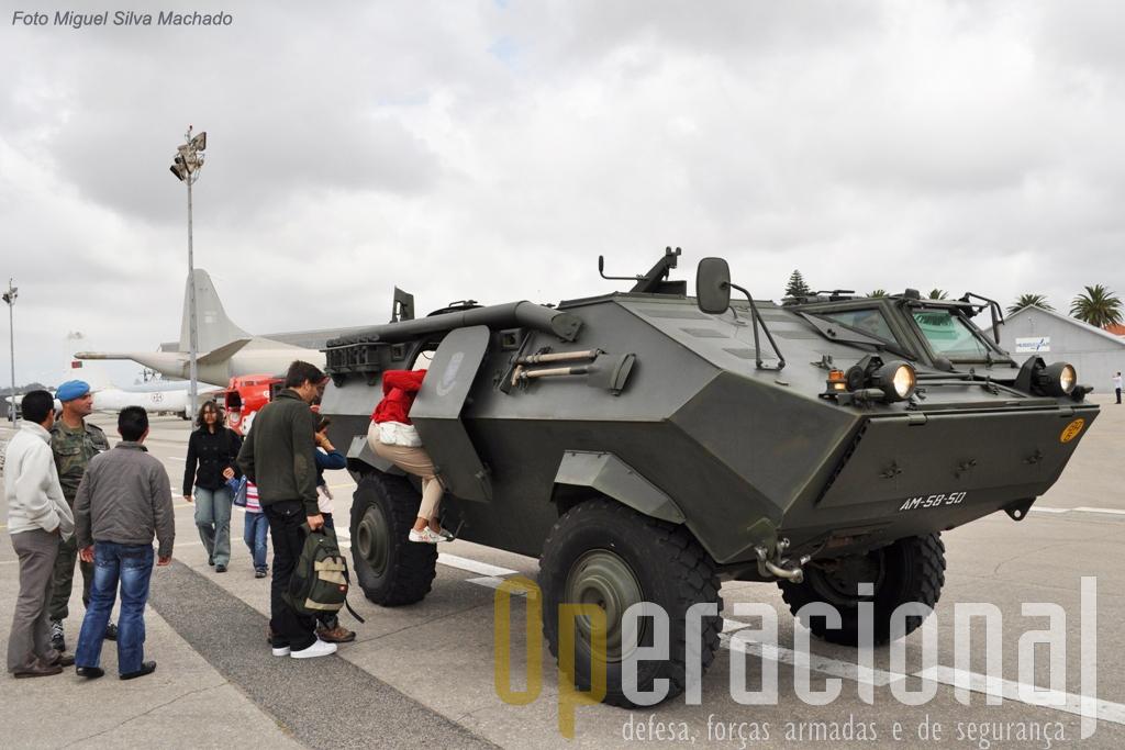 """AS """"Condor"""" da Policia Aérea, veteranas da Bósnia e Kosovo (com os grupos de controlo aéreo táctico) serviram para """"míudos e graúdos"""" tomarame contacto com uma viatura blindada."""