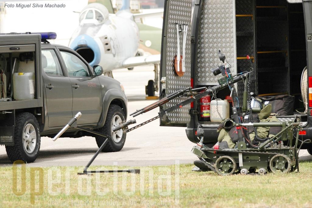 A inactivação de engenhos explosivos da Força Aérea conta com robots...