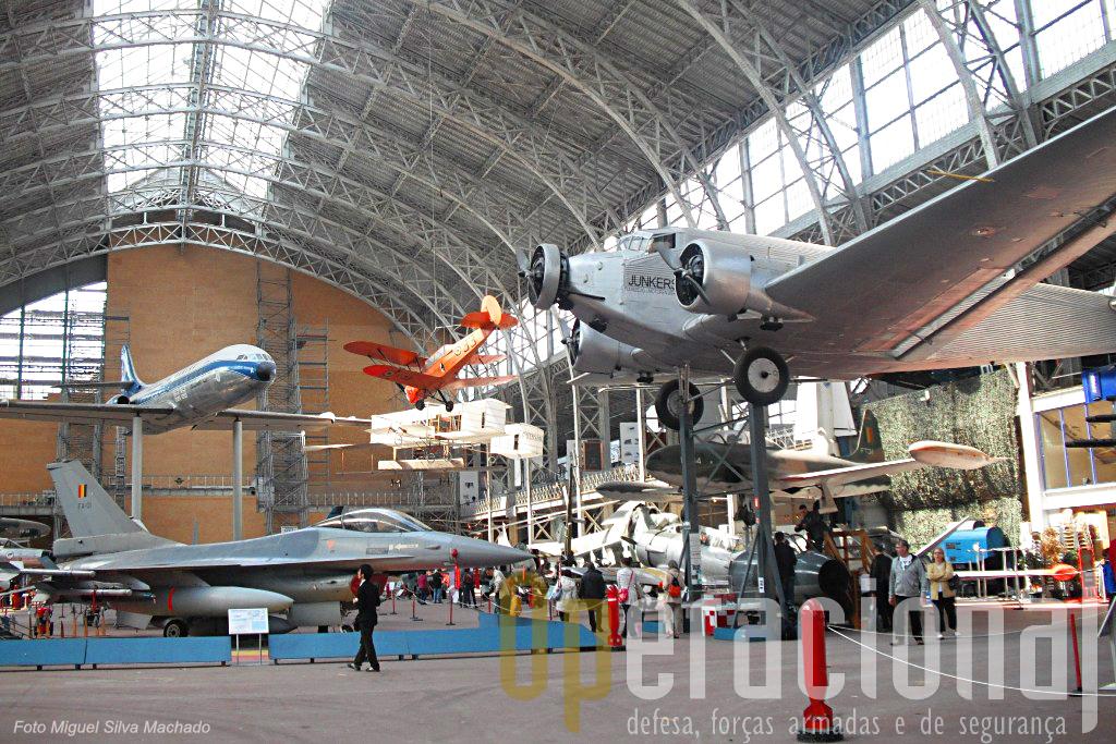 O all princiaplk do museu alberga uma variedade enorme de aeronaves de asa fixa e rotativa de vários países do mundo e épocas.