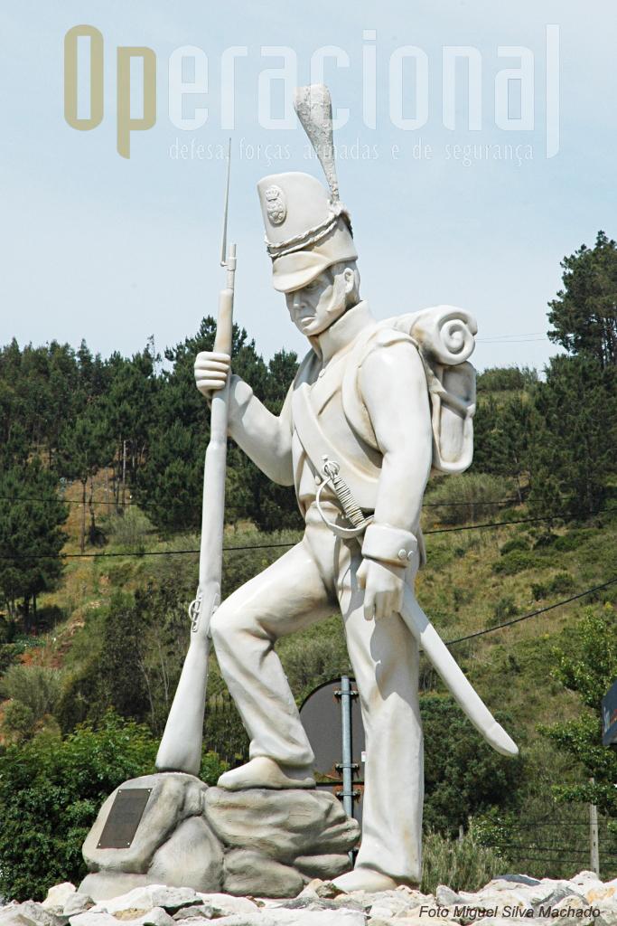 """Estátua """"Ao Solado Português da Guerra Peninsular"""" de Helder Silva e Fernando Sarzedas, numa rotunda da povoação do Vimeiro, evoca o espirito de sacrificio dos soldados anónimos de então."""