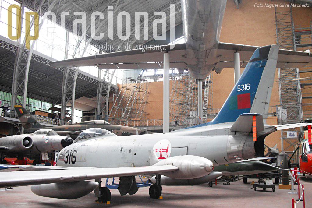 ...mas também de países da NATO como este F-86 da Força Aérea Portuguesa.