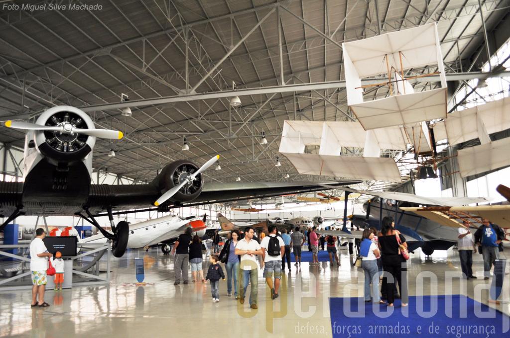"""...sendo evidente o excelente estado de conservação das aeronaves exposta """"debaixo de telha""""."""
