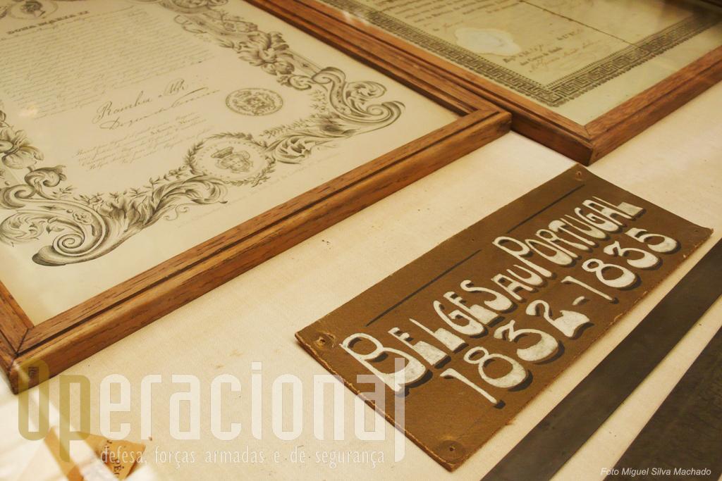Um vitrine na Sala Histórica mostra-nos documentos portugueses relativos à presença de forças belgas em Portugal...
