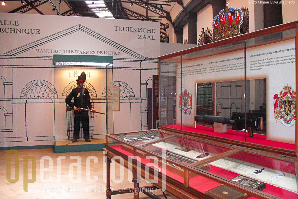 Em primeiro plano, à direita, uma colecção da Casa Real, com armas usadas por membros da familia real ao longo dos anos.