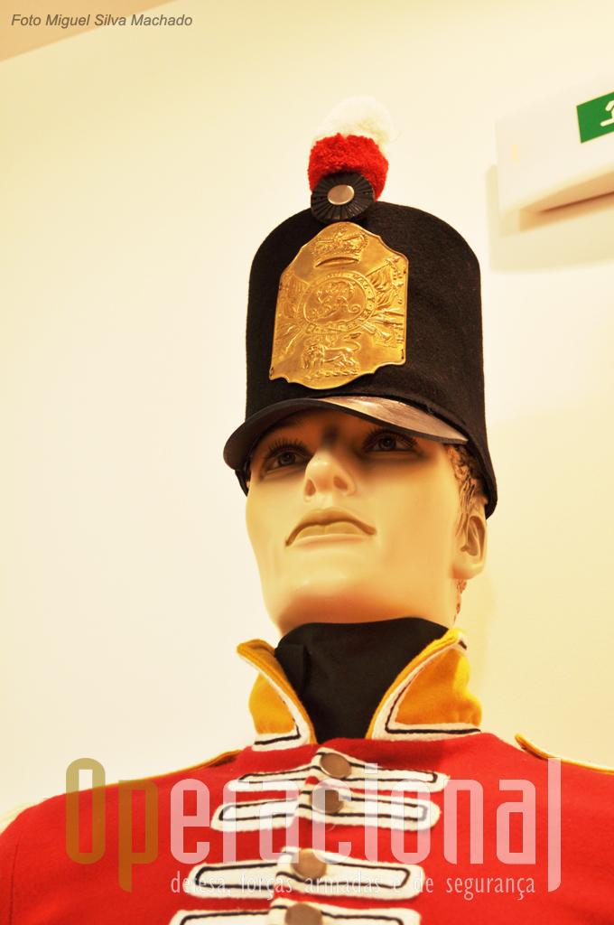 """Uniforme de soldado inglês na Guerra Peninsular em 1808 pertencente ao 9.º Regimento """"of Foot"""", cedido pelo Museu Militar de Lisboa."""