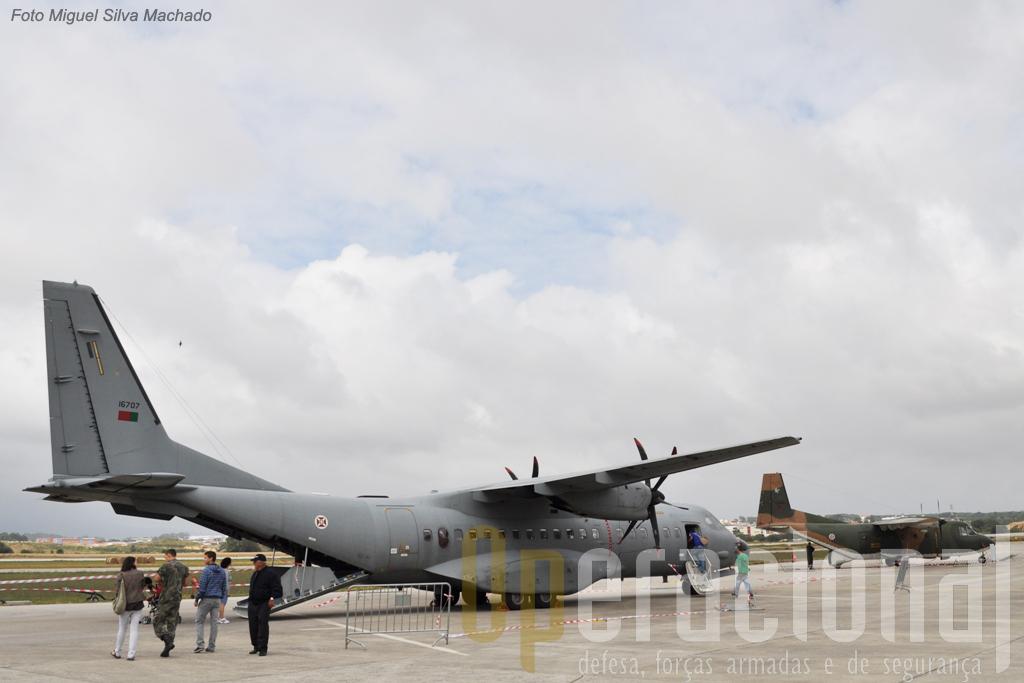 O C-295 M (em primeiro plano) já está ao serviço mas o C-212 ainda resiste na Esquadra 502! Em Sintra estava 1 dos dois C-212 100 (em segundo plano) ainda em operação.