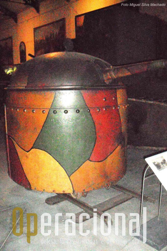 """Um """"Fahrpanzer"""" co canhão de 5.3 cm de tiro rápido que podia ser usado sobre carris em trincheiras ou rebocado por cavalos."""