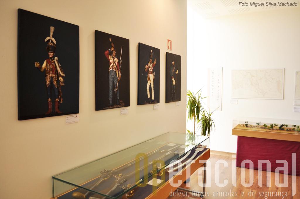 A uniformoligia da éoca está patente não só nos manequins mas também em vários outros suportes das pinturas em tela aos azulejos passando pelas miniaturas.