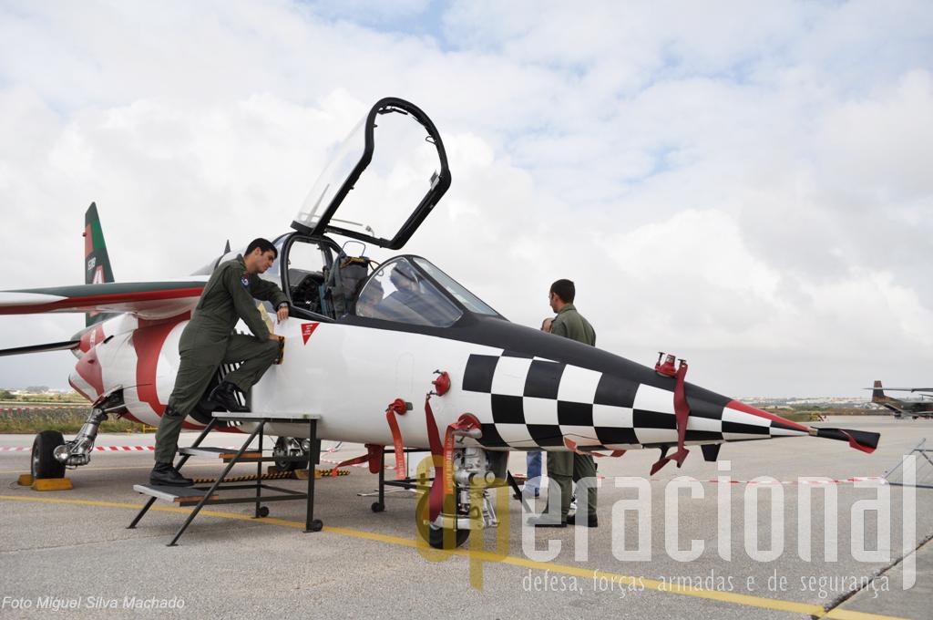 """Um Dassault/Dornier Alpha-Jet, aqui com a pintura usada pela última patrulha """"Asas de Portugal"""". Junto às aeronaves, pilotos e/ou outros militares da FAP, submetiam-se com notável boa disposição e paciência a vedadeiros """"inquéritos"""", sobretduo dos mais novos visistantes."""