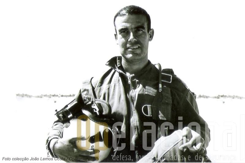 João Lemos Costa (1934-2011) quando capitão com o capacete que adaptou as oficinas do Regimento de Caçadores P