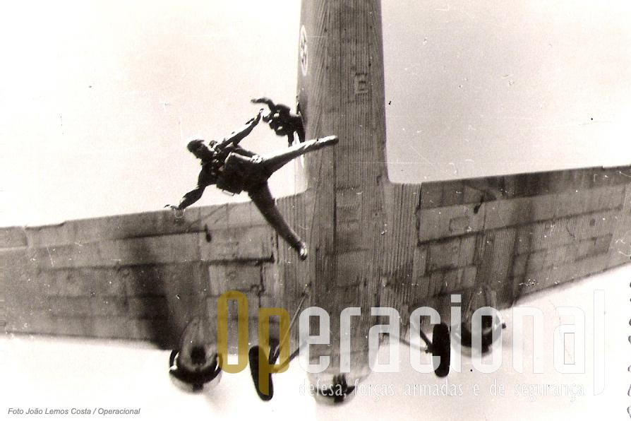 A primeira foto ar-ar captada  queda-livre em Portugal. Sa