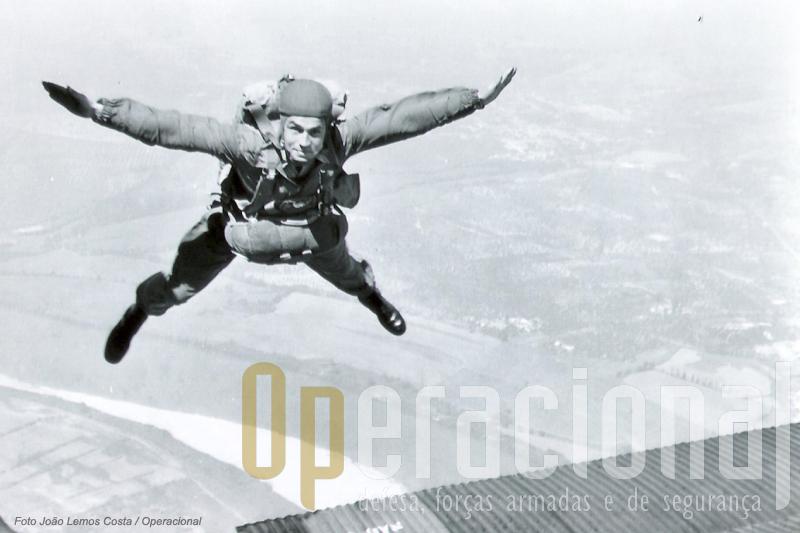 ESta foi captada de bordo do JU-52 e mostra o então Capitão Fausto Marques num salto em queda-livre com o Tejo em fundo.